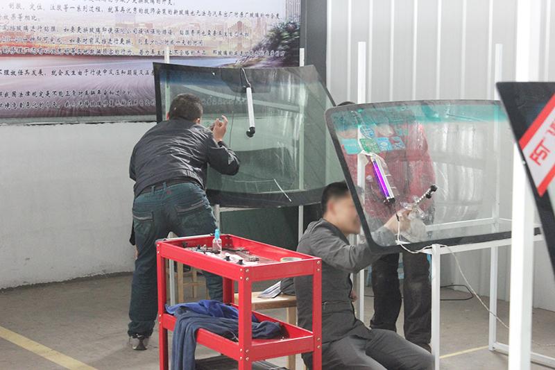 学员实践挡风玻璃修复